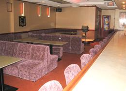 広いフロアに広いテーブル席